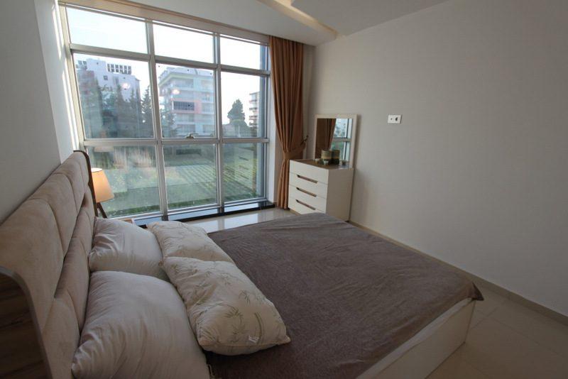 wygodna sypialnia z panoramicznymi oknami